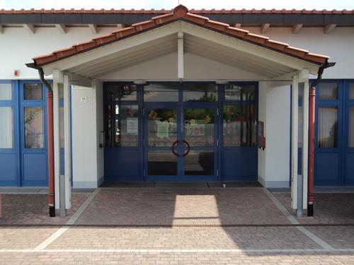 Eingang der Grundschule in Premich