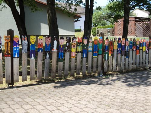Bunter Zaun vor der Grundschule in Lauter